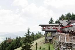 Hochzeitslocation bei Berghochzeit im Bayerischen Wald mit freier trauung auf der Bergwiese fotografiert von Hochzeitsfotograf veronika anna fotografie