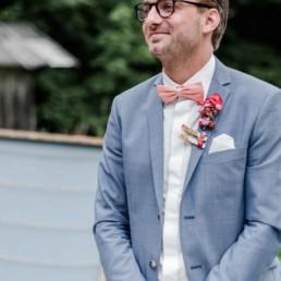 Bräutigam Tom bei freier Trauung auf einer Wiese in den Bergen im Bayerischen Wald fotografiert von Hochzeitsfotografin veronika anna fotografie aus straubing