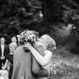 First Look am Hochzeitstag bei der Hochzeit im Bayerischen Wald, von Hochzeitsfotografin Veronika