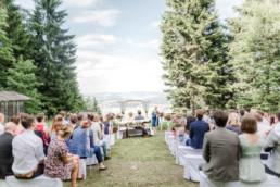 Hochzeit von Brautpaar Julia und Tom mit freier Trauung auf einer Wiese in den Bergen im Bayerischen Wald fotografiert von Hochzeitsfotografin veronika anna fotografie aus straubing