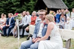 Hochzeit von Brautpaar Julia und Tom mit freier Trauung auf einer Wiese in den Bergen im Bayerischen Wald fotografiert von Hochzeitsfotografin veronika anna fotografie aus München