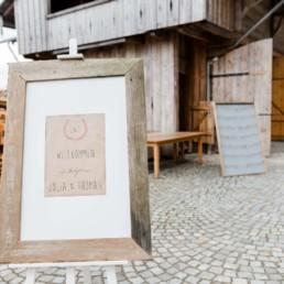 Hochzeitsdeko bei Hochzeit in den Bergen im Bayerischen Wald mit Almhütte als Hochzeitslocation fotografiert von Hochzeitsfotografin veronika anna fotografie aus straubing