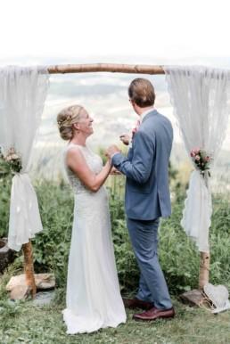 Fotoshooting bei Hochzeit von Brautpaar Julia und Tom mit freier Trauung auf einer Wiese in den Bergen im Bayerischen Wald fotografiert von Hochzeitsfotografin veronika anna fotografie aus München