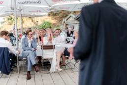 Hochzeitsfeier von Brautpaar Julia und Tom mit freier Trauung auf einer Wiese in den Bergen im Bayerischen Wald fotografiert von Hochzeitsfotografin veronika anna fotografie aus München