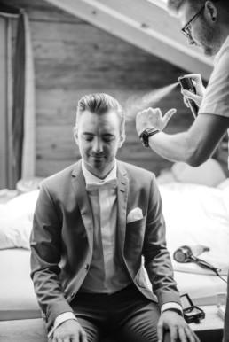 Einblick in das getting ready von Bräutigam Tom mit Trauzeuge an seiner Berghochzeit im Bayerischen Wald fotografiert von Hochzeitsfotograf veronika anna fotografie aus München