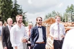 Hochzeitsgäste bei der Berghochzeit von Brautpaar Tom und Julia bei ihrer Hochzeit mit freier Trauung im bayerischen Wald fotografiert von Hochzeitsfotograf veronika anna fotografie aus straubing