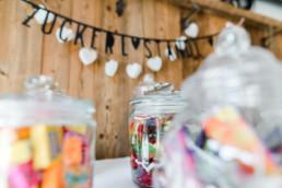 Hochzeitsdeko an der Candybar bei der Berghochzeit im Bayerischen Wald mit freier Trauung auf einer Bergwiese fotografiert von Hochzeitsfotografin veronika anna fotografie aus straubing