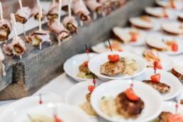 Hochzeitsessen mit buffet bei der Berghochzeit im Bayerischen Wald mit freier Trauung auf einer Bergwiese fotografiert von Hochzeitsfotografin veronika anna fotografie aus straubing