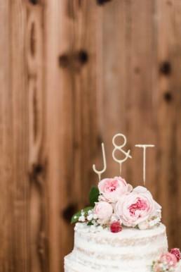 Hochzeitstorte bei der Berghochzeit im Bayerischen Wald mit freier Trauung auf einer Bergwiese fotografiert von Hochzeitsfotografin veronika anna fotografie aus straubing