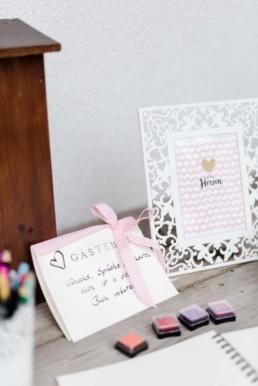 Gästebuch bei der Berghochzeit im Bayerischen Wald mit freier Trauung auf einer Bergwiese fotografiert von Hochzeitsfotografin veronika anna fotografie aus straubing