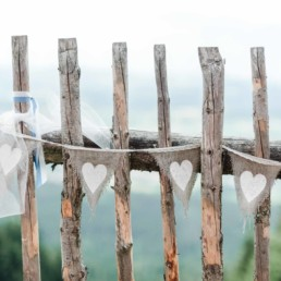 Hochzeitsdeko von Brautpaar Julia und Tom bei der Berghochzeit im Bayerischen Wald mit freier Trauung auf einer Bergwiese fotografiert von Hochzeitsfotografin veronika anna fotografie aus straubing