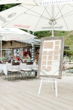 Hochzeitsdeko mit Wiesenstrauss und Blumenschmuck als Tischdeko bei der Berghochzeit im Bayerischen Wald mit freier Trauung auf einer Bergwiese fotografiert von Hochzeitsfotografin veronika anna fotografie aus straubing