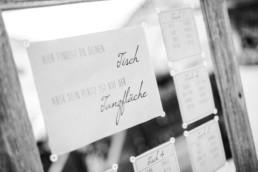 Hochzeitsdeko mit Tischplan und Sitzplan bei der Berghochzeit im Bayerischen Wald mit freier Trauung auf einer Bergwiese fotografiert von Hochzeitsfotografin veronika anna fotografie aus straubing