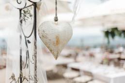 Hochzeitsdeko bei der Berghochzeit im Bayerischen Wald mit freier Trauung auf einer Bergwiese fotografiert von Hochzeitsfotografin veronika anna fotografie aus straubing