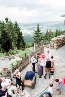 Berghütte als Hochzeitslocation bei der Berghochzeit im Bayerischen Wald mit freier Trauung auf einer Bergwiese fotografiert von Hochzeitsfotografin veronika anna fotografie aus straubing