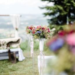 Hochzeitsdeko bei der freien Trauung von Brautpaar Julia und Tom auf einer Wiese in den im Bayerischen Wald fotografiert von Hochzeitsfotografin veronika anna fotografie aus straubing