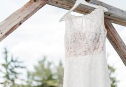 Hochzeitskleid in weiß bei der freien Trauung von Brautpaar Julia und Tom auf einer Wiese in den im Bayerischen Wald fotografiert von Hochzeitsfotografin veronika anna fotografie aus straubing