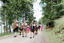 Blasmusik bei der freien Trauung von Brautpaar Julia und Tom auf einer Wiese in den im Bayerischen Wald fotografiert von Hochzeitsfotografin veronika anna fotografie aus straubing
