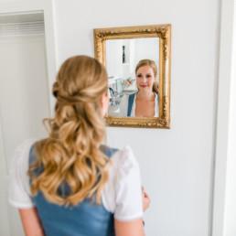 Veronika Anna Fotografie fotografiert in Spiegel mit dem Gesicht von Pauli hinein, Hochzeit Standesamt in Regensburg