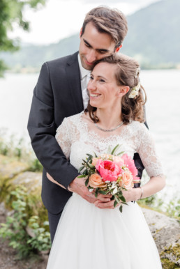 Marie und Leon ganz vertraut beim professionellen Fotoshooting mit Hochzeitsfotograf Veronika Anna Fotografie am Tegernsee