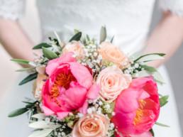 Nahaufnahme wie Marie den Brautstrauß hält durch professionellen Hochzeitsfotograf Veronika Anna Fotografie, Hochzeit am Tegernsee