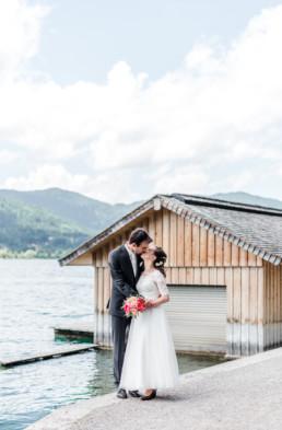 Leon und Marie küssen sich am Ufer des Tegernsees