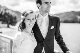 Hochzeitsfoto von Leon und Marie am Tegernsee in schwarz-weiss