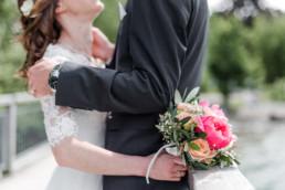 Brautstrauß mit Leon und Marie im Hintergrund