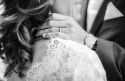 Hochzeitsfotograf Veronika Anna Fotografie hält mit ihrer Kamera fest wie Leon Marie umarmt