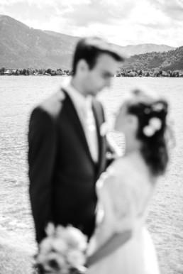 Schwarz-weiss Fotoaufnahme von Marie und Leon beim Hochzeitsfotoshooting mit Veronika Anna Fotografie in Oberbayern