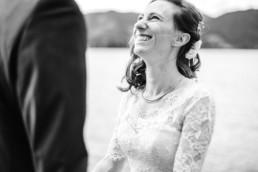 Marie wie sie Leon bei ihrer Hochzeit mit ihm in Tegernseer anstrahlt