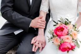 Nahaufnahme von den Händen von Leon und Marie bei ihrer Hochzeit in Tegernseer