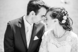 Leon und Marie Stirn an Stirn auf ihrem Hochzeitsfoto von Hochzeitsfotograf Veronika Anna Fotografie aus Straubing
