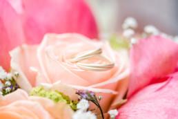Eheringe in Blumenstrauß bei einer Hochzeit in Tegernsee