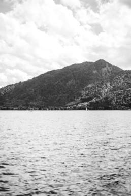Schwarz-weiss Foto einer Landschaft in Oberbayern von einem Schiff aus fotografiert durch Hochzeitsfotograf Veronika Anna Fotografie aus Straubing