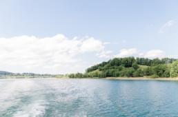 professionelle Fotoaufnahme auf das Ufer vom Tegernsee von einem Schiff aus durch Hochzeitsfotograf Veronika Anna Fotografie