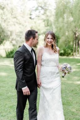 Inspirationsshooting für Hochzeiten in einem Garten in München mit Gregor und Lena