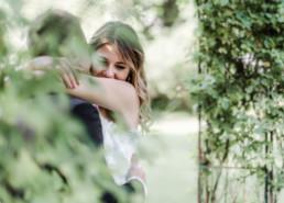 Lena und Gregor umarmen sich beim Inspirationsshooting mit Veronika Anna Fotografie in München