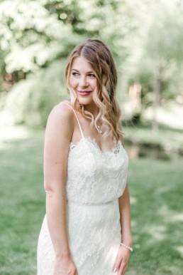 Nahaufnahme von Lena wie sie beim Fotoshooting mit Hochzeitsfotograf Veronika Anna Fotografie zur Seite schaut