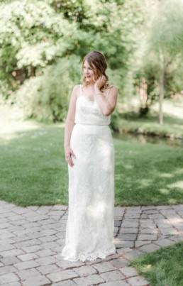 Lena im Brautkleid draußen in der Natur von München
