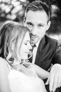 Hochzeitsfotograf Veronika Anna Fotografie macht eine Nahaufnahme in schwarz-weiss von Lena und Gregor