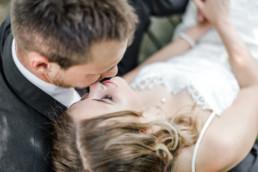 Lena in Gregors Armen liegend beim professionellen Fotoshooting mit Hochzeitsfotograf Veronika Anna Fotografie aus Straubing