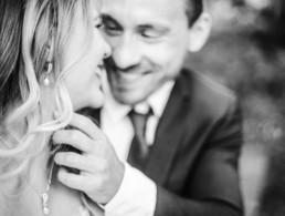 Schwarz-weiss Aufnahme von Gregor und Lena beim Inspirationsshooting für Hochzeiten in München mit Veronika Anna Fotografie aus Straubing