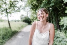 Lena lachen beim Inspirationsshooting mit Hochzeitsfotograf Veronika Anna Fotografie in München