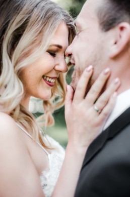 Hochzeitsfotograf Veronika Anna Fotografie aus Straubing macht eine Nahaufnahme von den Köpfen von Lena und Gregor