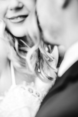 Nahaufnahme in schwarz-weiss wie Gregor Lena küsst