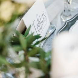 Namensschild von Tobias als Element der Tischdekoration auf der Natural Wedding von Olivia und David in Oberbayern