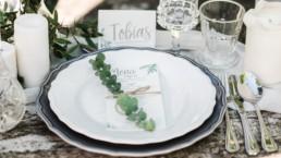 Hochzeitsfoto von Tobias Platz am Tisch der Hochzeit von Olivia und David in Oberbayern