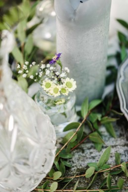 Vase mit kleinen Blumen als Element in der Tischdekoration auf der Hochzeit von Olivia und David in München