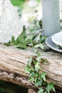 Efeu und Blumen als Tischdekoration auf der Hochzeit von Olivia und David in München